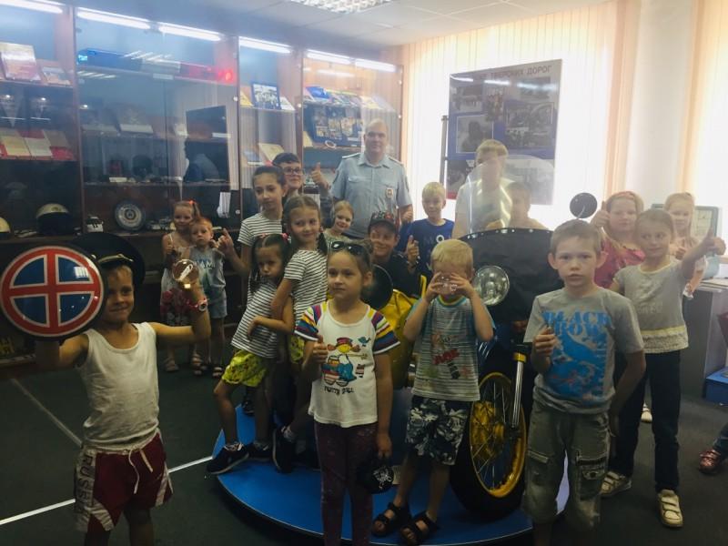 Тверские автоинспекторы провели для представителей общественного объединения «Гуляем с детьми Тверь» экскурсию по музею ГАИ-ГИБДД