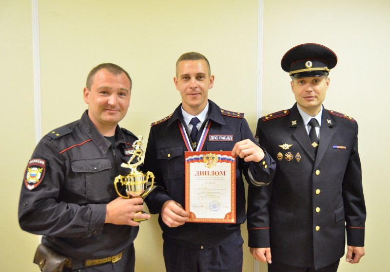 В Твери среди полицейских прошли соревнования по преодолению полосы препятствий и стрельбе из пистолета Макарова