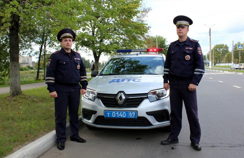 В Калининском районе сотрудники ГИБДД помогли оперативно доставить женщину в больницу