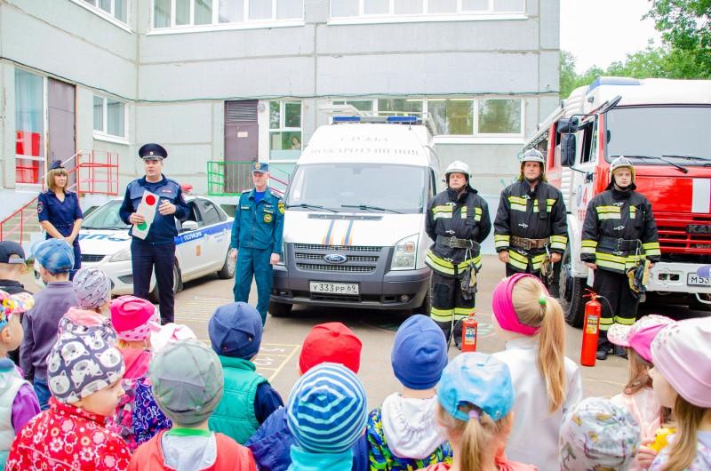Сотрудники Госавтоинспекции совместно с сотрудниками МЧС посетили малышей из детского сада