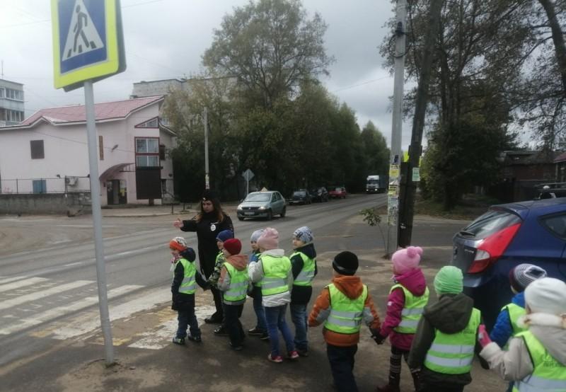 В Кимрах автоинспекторы рассказали малышам о правилах дорожного движения на экскурсии «Безопасный маршрут»