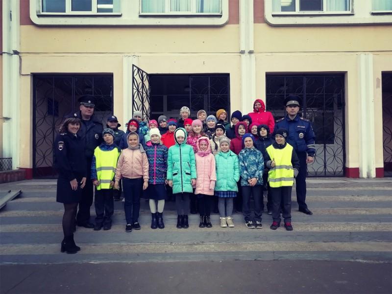 В Твери сотрудники Госавтоинспекции для школьников провели акцию «Шагающий автобус»