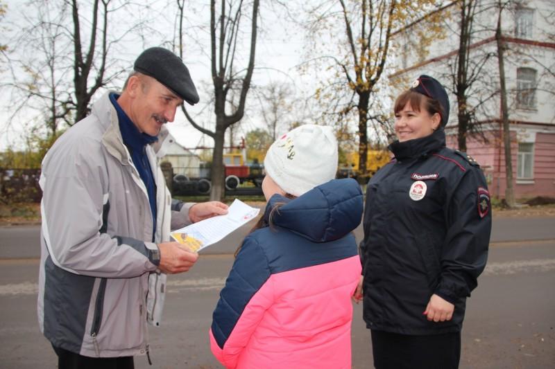Сотрудники Госавтоинспекции Ржевского района совместно со школьниками провели акцию «Письмо водителю»