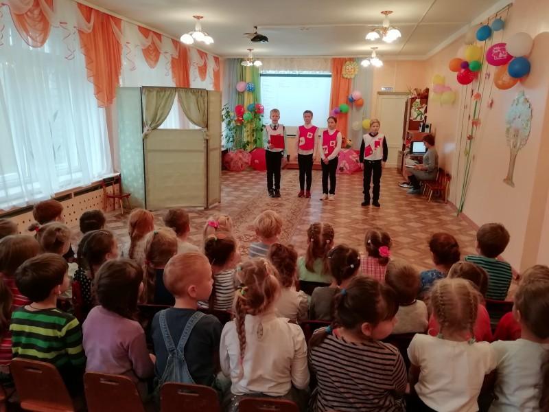 Автоинспекторы Бологовского района совместно с отрядом ЮИД провели акцию «Знаю сам, научу другого»