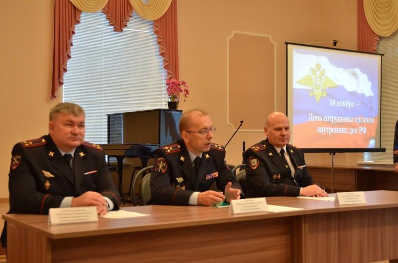 Начальник УМВД России по Тверской области вручил сотрудникам полиции ключи от новых квартир