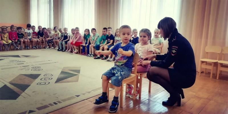 Тверские полицейские провели занятие по Правилам дорожного движения для малышей из детского сада