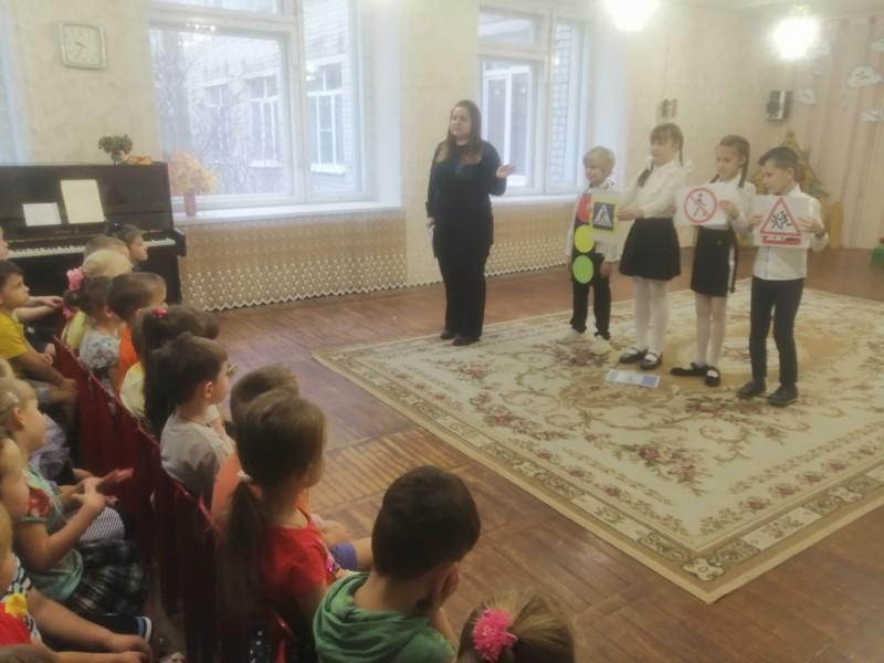 Автоинспекторы Кимрского района совместно с отрядом ЮИД провели обучающее мероприятие «Путешествие в страну ПДД» в детском саду