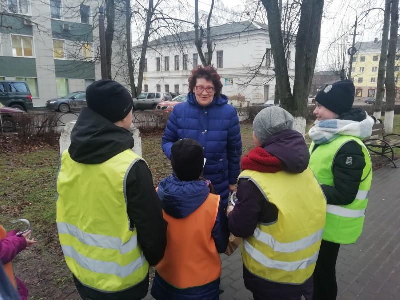 Полицейские и общественники Бологовского района совместно с юными инспекторами движения провели акцию «Пешеход - Засветись!»