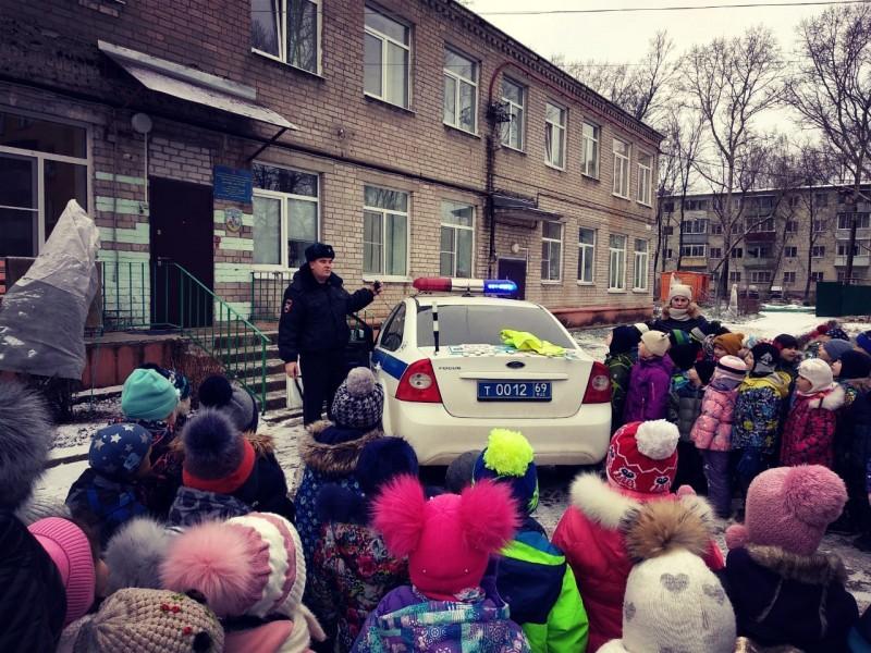 Тверские автоинспекторы провели занятие по Правилам дорожного движения для малышей из детского сада