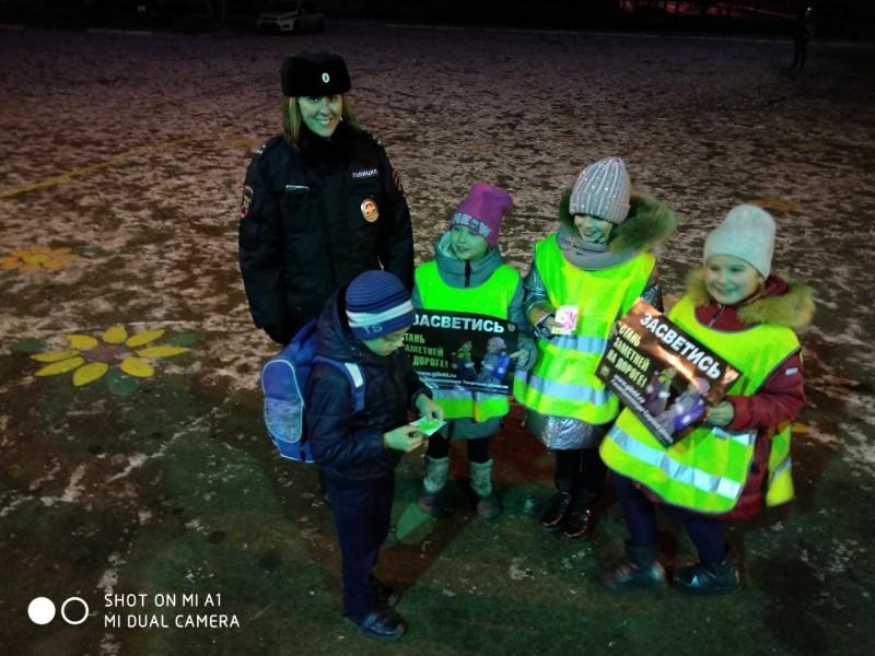 Полицейские вместе с учителями и отрядом ЮИД провели акцию «Будь - ярким! Стань - заметным!».