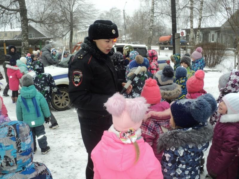Полицейские Осташковского района напомнили малышам детского сада «Улыбка» о Правилах дорожного движения