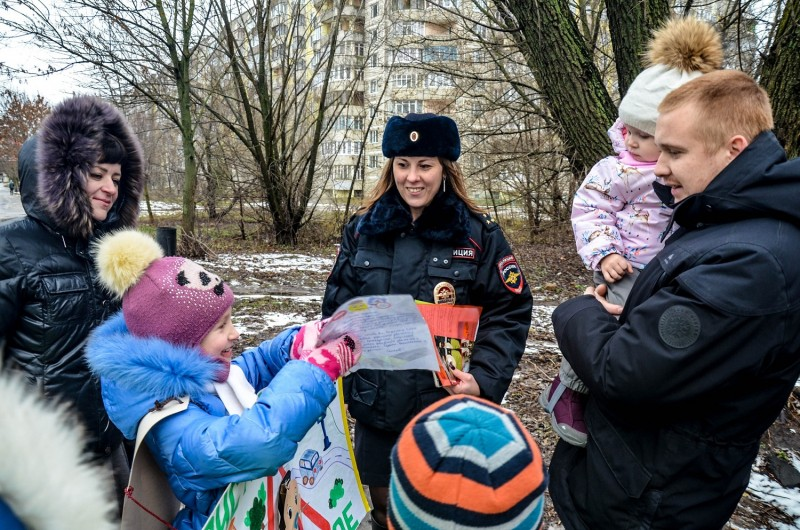В Твери полицейские и ЮИДовцы напомнили взрослым о безопасности юных пассажиров