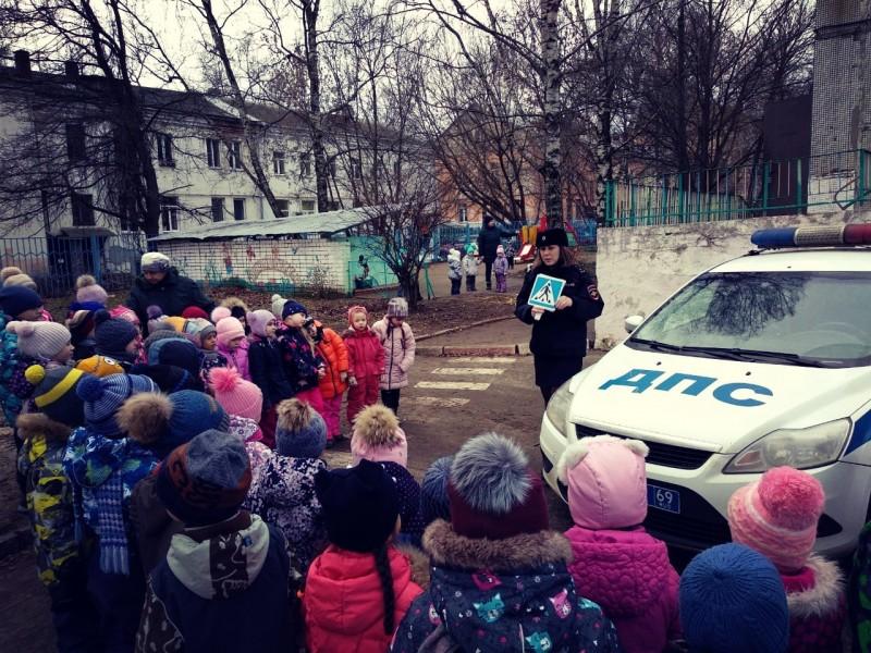 Тверские автоинспекторы провели мероприятие «Азбука безопасности» для малышей из детского сада