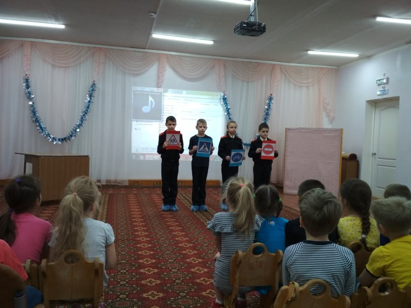 Сотрудники Удомельской Госавтоинспекции совместно с ЮИДовцами побывали в гостях у дошкольников