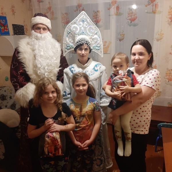 В Тверской области полицейские и представители общественности поздравили детей с Новым годом
