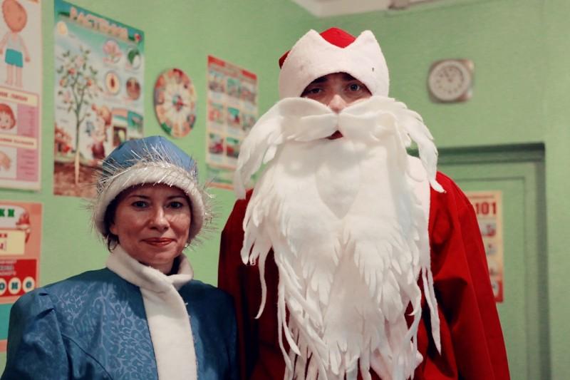 В Тверской области сотрудники ПДН вместе с Дедом Морозом поздравили детей с Новым годом!