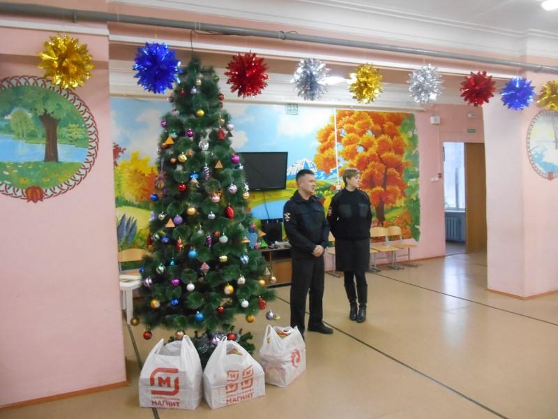 В рамках Всероссийской акции «Полицейский Дед Мороз» полицейские и общественники посетили воспитанников школы-интернат