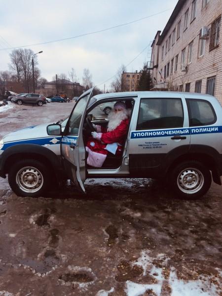 В Тверской области Полицейский Дед Мороз поздравил детей с Новым годом