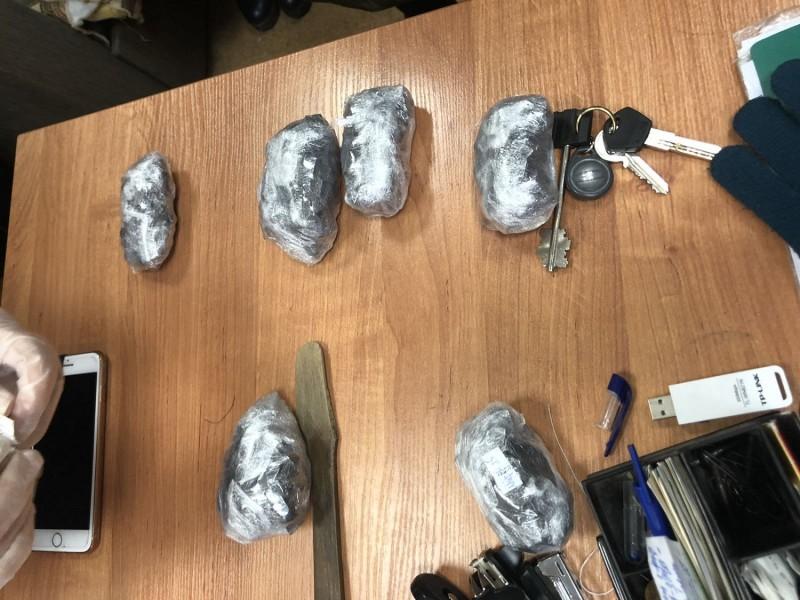 В Твери полицейские задержали подозреваемую в сбыте наркотиков в особо крупном размере