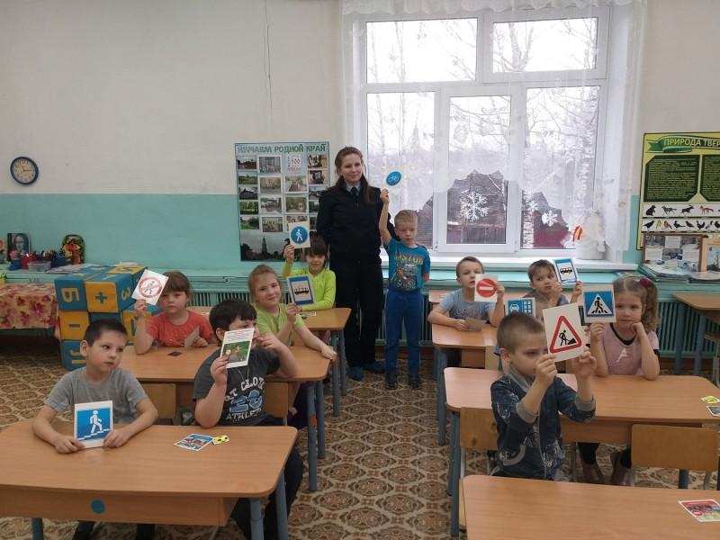 Сотрудники Госавтоинспекции Краснохолмского района Тверской области провели занятие по Правилам дорожного движения в детском саду