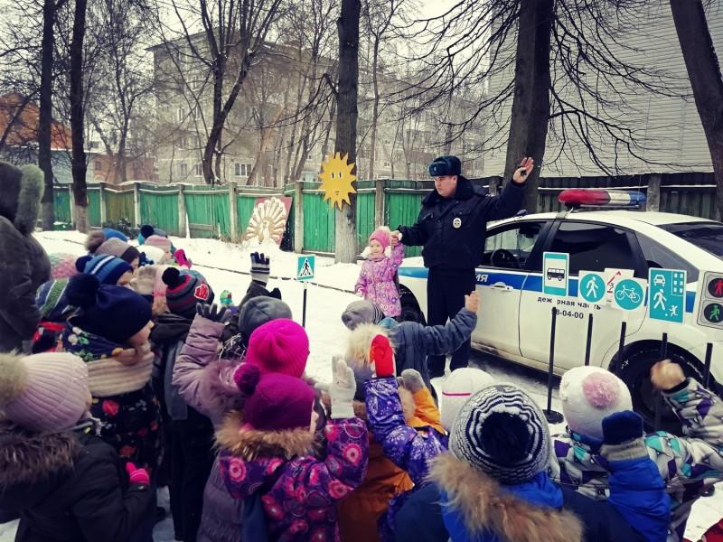 Полицейские Твери познакомили воспитанников детского сада с Правилами дорожного движения