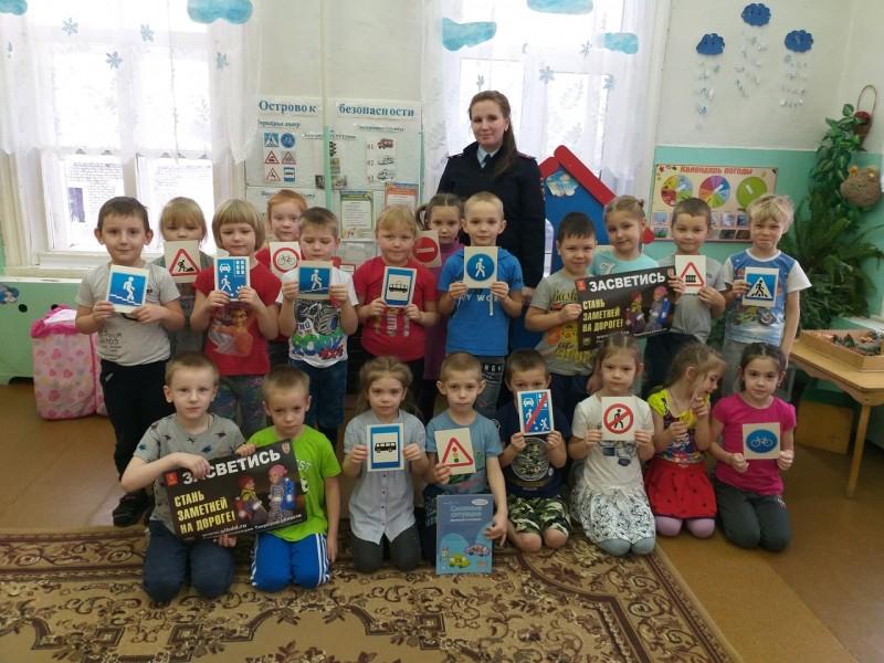 Полицейские Краснохолмского района продолжают обучать дошколят Правилам дорожного движения