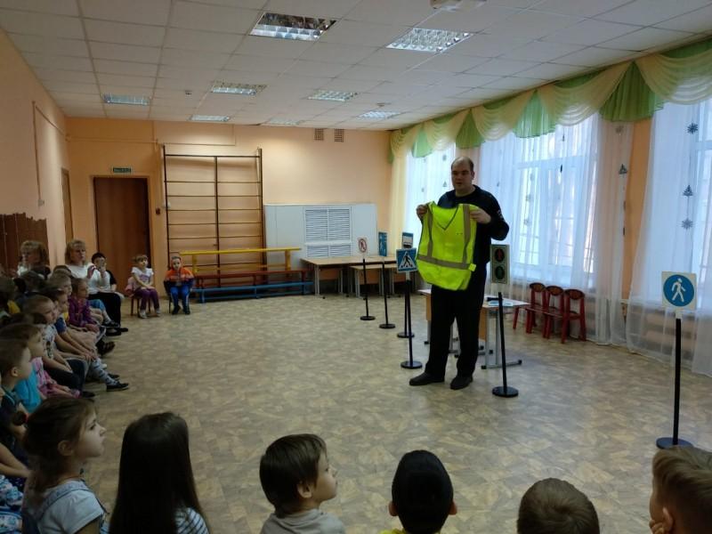 Тверские автоинспекторы и представители Общественного совета провели акцию «Если любишь - пристегни»