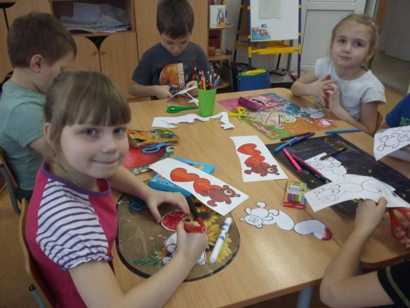 Малыши из детского сада города Бологое совместно с автоинспекторами провели профилактическую акцию под названием «Берегите наши сердечки»