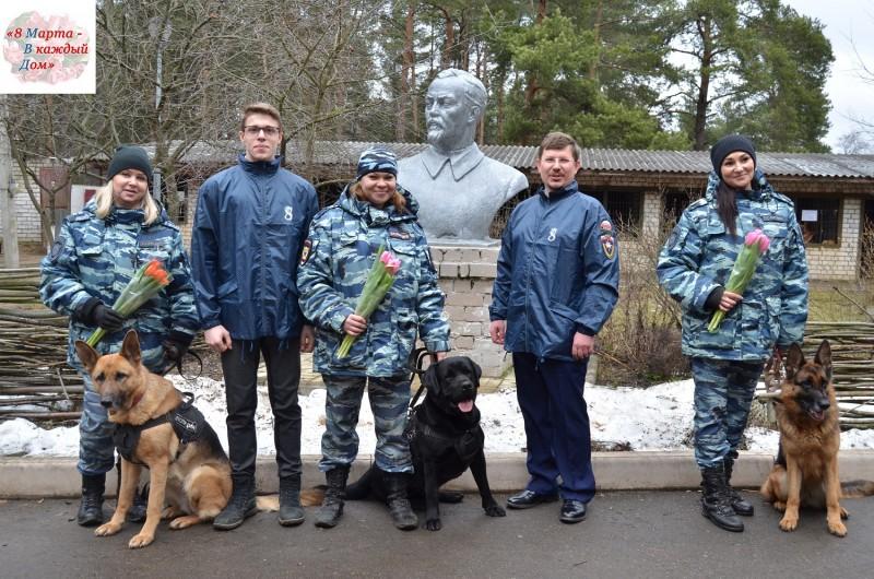 В Твери в рамках ежегодной Всероссийской акции «Вам, любимые!» волонтеры поздравили сотрудниц органов внутренних дел