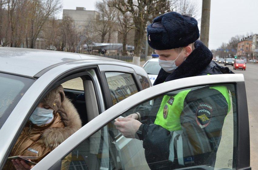 Сотрудники Госавтоинспекции проверяют, как водители и пешеходы соблюдают режим самоизоляции