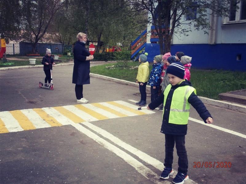 Воспитанники детского сада Твери повторяют Правила дорожного движения