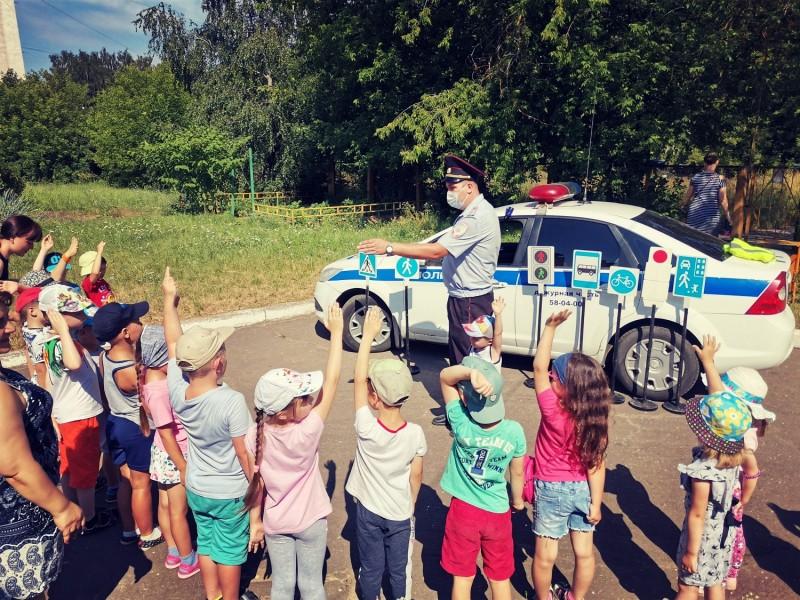 В Твери полицейские и общественники рассказали дошколятам о дорожных правилах