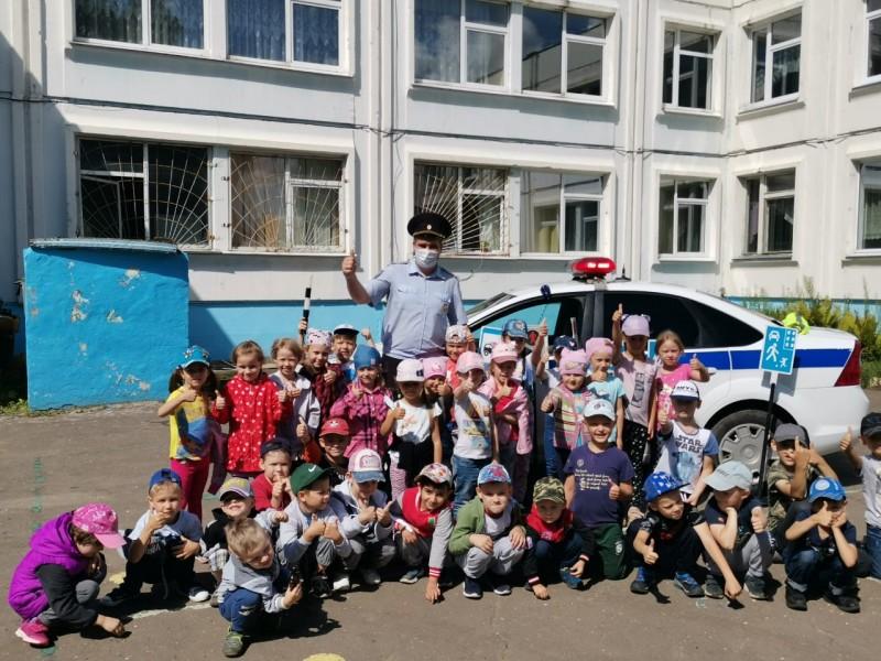 В Твери инспекторы ГИБДД и представители общественности рассказали дошкольникам о дорожных Правилах