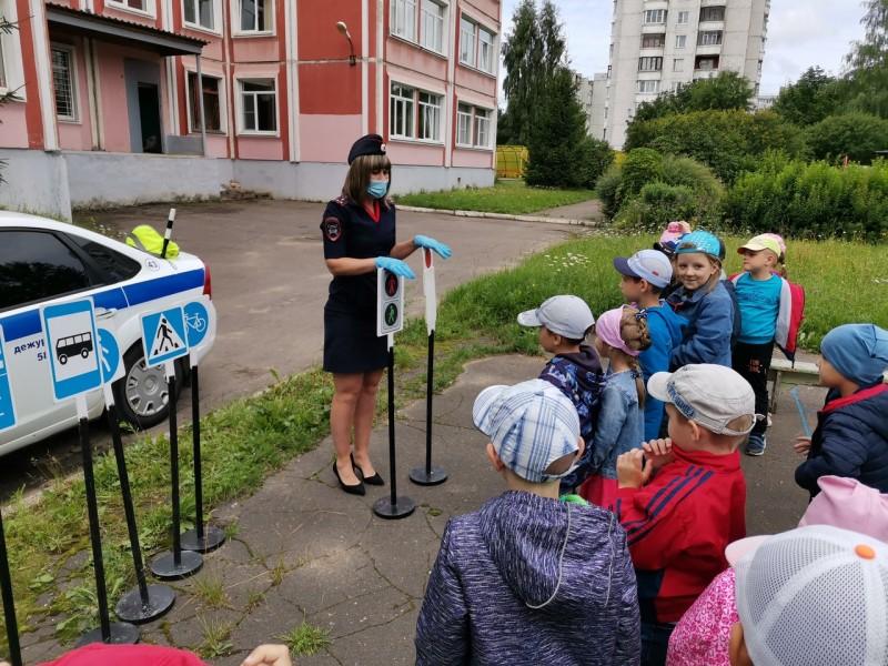 Полицейские и общественники провели для тверских дошкольников урок дорожной грамотности
