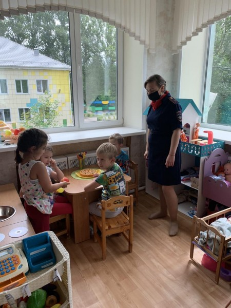 В Тверской области полицейские совместно с общественниками навестили детей из детского сада