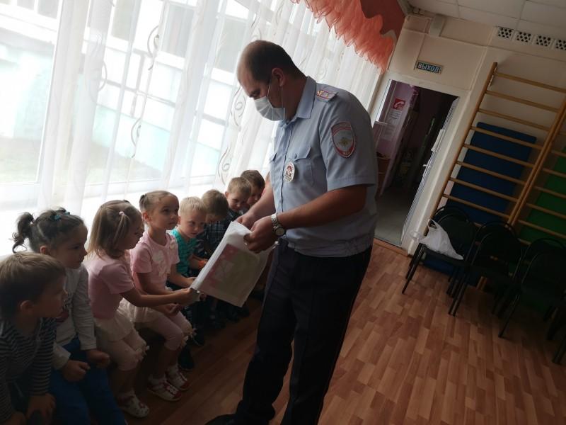 В Твери инспекторы ГИБДД провели для дошкольников урок дорожной безопасности