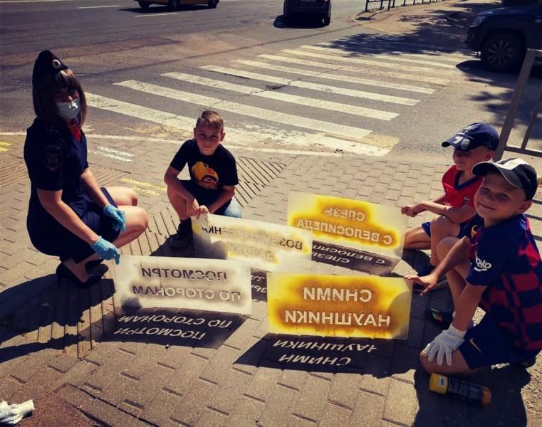 Сотрудники Госавтоинспекции совместно с тверскими школьниками провели акцию «Безопасность на асфальте»