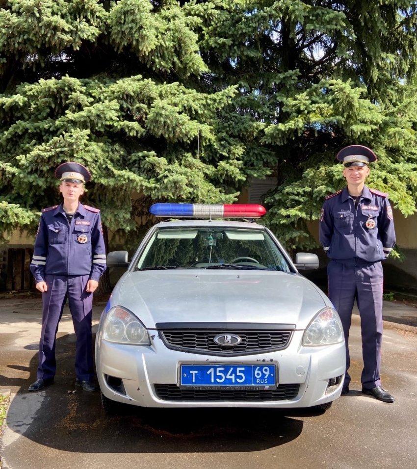 Тверские автоинспекторы спасли жизнь мужчине