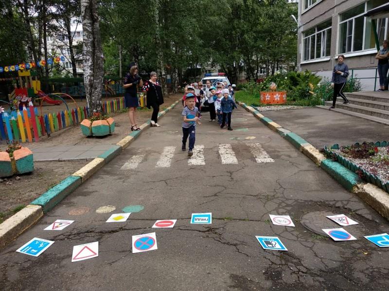 В Твери дошкольники стали участниками мероприятия «Правила движения каждый должен знать без исключения»