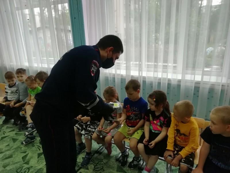 В Твери сотрудники Госавтоинспекции в преддверии нового учебного года провели занятие для воспитанников детского сада