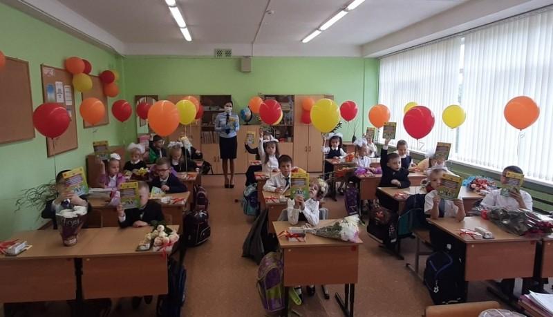 """В первый день школьных занятий сотрудники Госавтоинспекции провели для учащихся начальных классов мероприятие """"Безопасная дорога"""""""