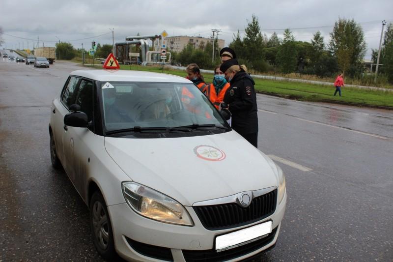 Удомельские автоинспекторы совместно с волонтерами и активистами ЮИД провели акцию «Пристегнись!»