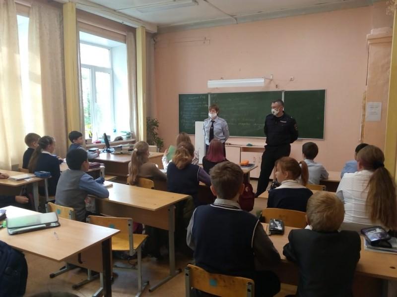 В Калининском районе инспекторы ПДН рассказывают подросткам о безопасном поведении в сети Интернет