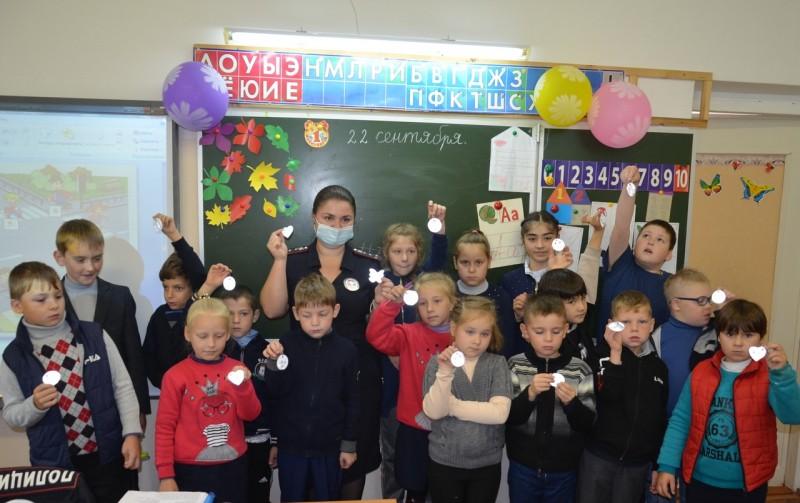 В Тверской области автоинспекторы провели мастер-класс по изготовлению световозвращающих элементов для школьников