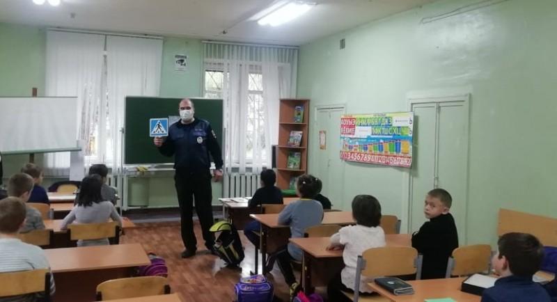 В Твери инспекторы ГИБДД проводят со школьниками уроки по правилам безопасного поведения на дороге