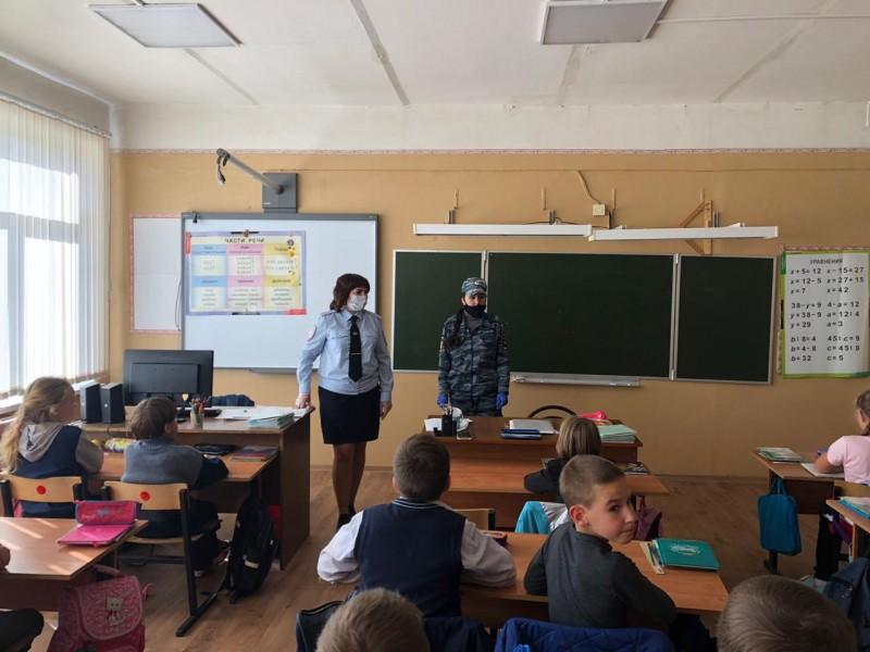В Тверской области полицейские и общественники продолжают посещать школьников