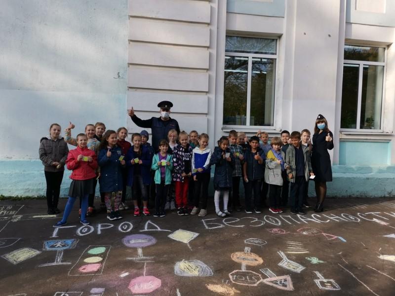 Сотрудники Госавтоинспекции вместе со школьниками изобразили мелками «Город безопасности»