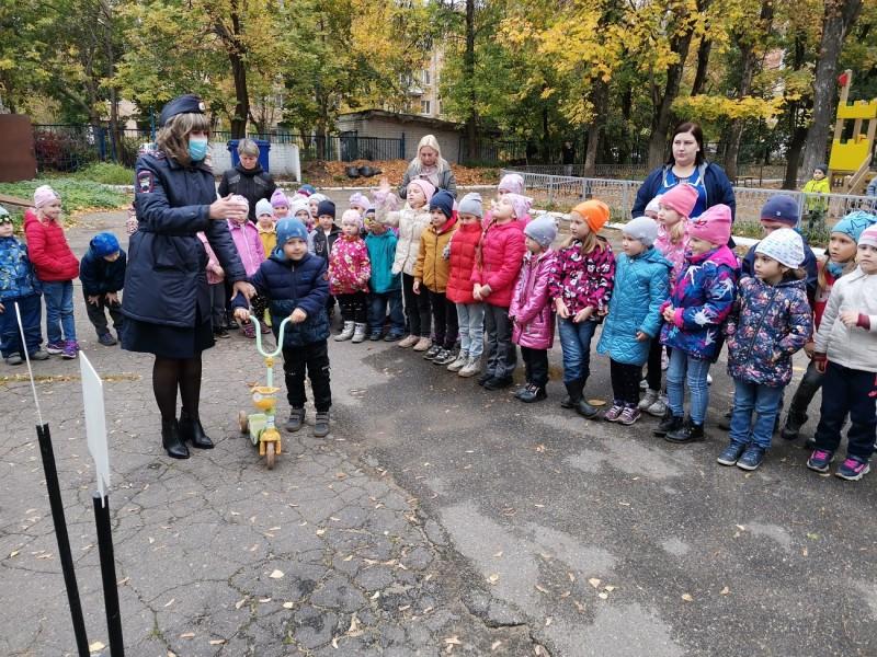 В Твери инспекторы ГИБДД провели для детей практическое мероприятие «Познаем мир вместе с ПДД»