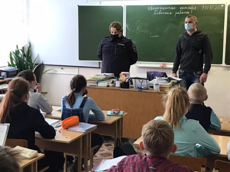 В Вышнем Волочке наркополицейские и инспекторы ПДН провели профилактическую беседу в школе