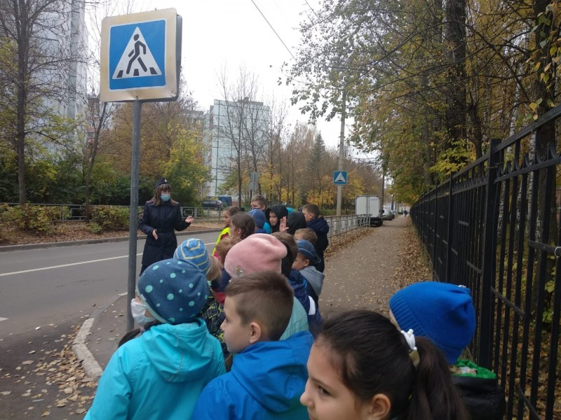 В Твери сотрудники Госавтоинспекции провели акцию «Шагающий автобус»